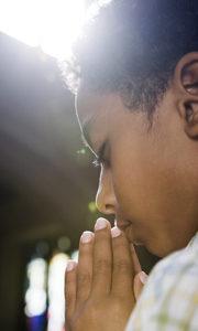 Boy Praying vert